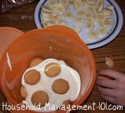 layering the banana pudding